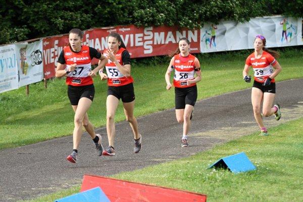 Sestry Remeňové (vpredu) ukázali súperkám v oboch pretekoch iba chrbát.