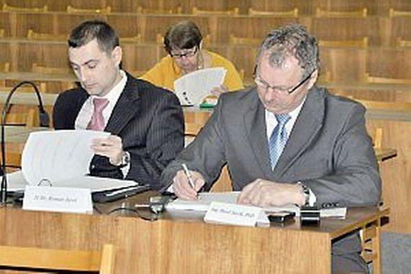 Poslanca Romana Jaroša (vľavo)zaujímal postup v súvislosti so sťažnosťami na chov zvierat.