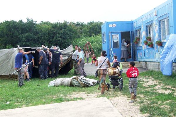 Dnes popoludní dostavali stany. Stoja pri komunitnom centre.