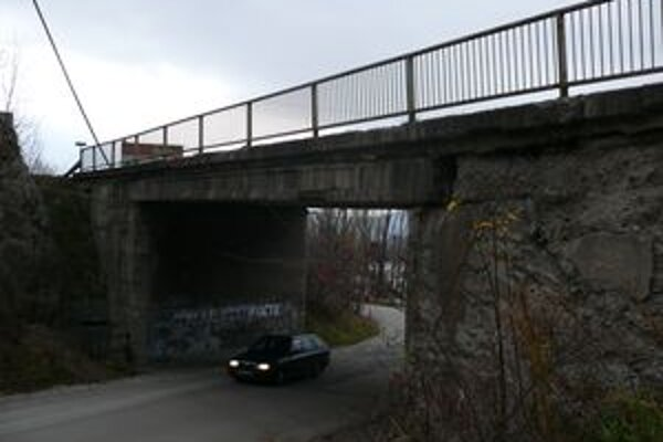 Rozpadávajúci sa most ohrozuje vodičov aj chodcov.