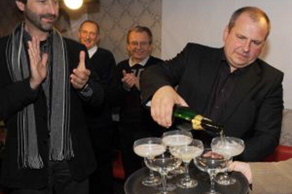 Igor Choma oslavoval víťazstvom s kolegami a županom Jurajom Blanárom.