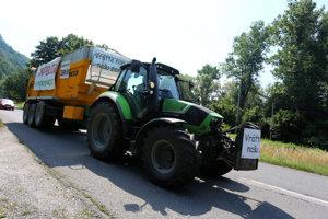 Kolóna strojov s transparentmi počas protestnej jazdy farmárov na traktoroch opúšťa okres Zvolen a prechádza do okresu Žiar nad Hronom.