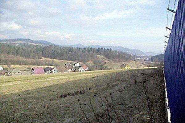 V miestnej časti Považskej Bystrice sú kúsok od miesta zámeru. Rovnako aj v obci Sverepec, kde rodinná výstavba len nedávno začala a má sa ďalej rozširovať.