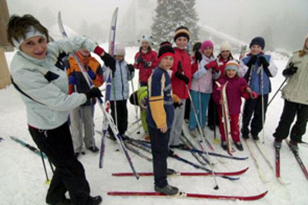 Cez jarné prázdniny veľa deti lyžuje.