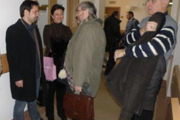 Peter Ničík (v strede) so svojím právnikom minulý týždeň na súde pred pojednávaním, v ktorom ho bývalý viceprimátor žaluje za e-mail a žiada odškodné vo výške 50-tisíc eur.