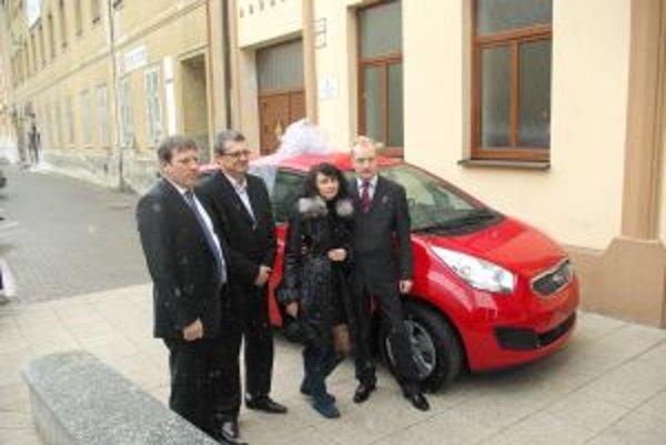 Vpravo šťastní výhercovia automobilu, vľavo Zdenko Krajčovič a Pavol Jandzík.