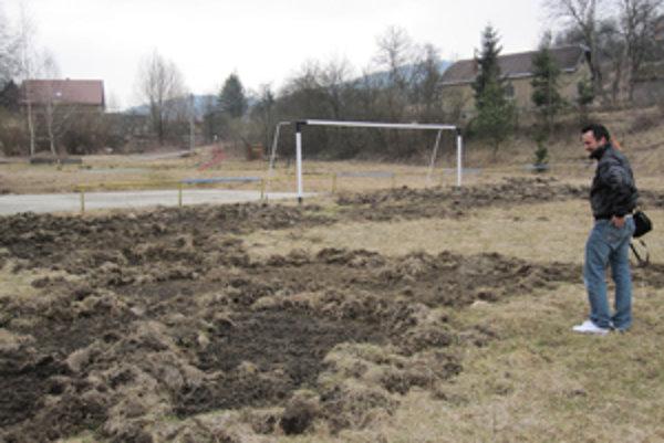 Futbalové ihrisko v Žilinskej Lehote. Okupujú ho diviaky.