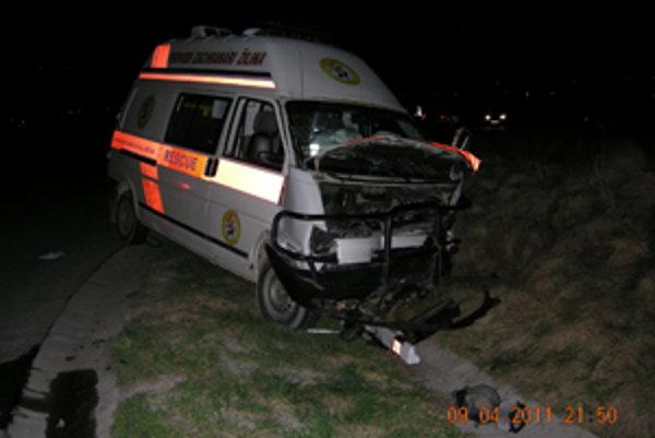 Zničený Wolkswagen Transporter. Šoféroval ho 34 - ročný vodič z Varína.