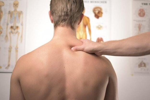 Ak bolesť ramien neustupuje alebo ju sprevádzajú ďalšie symptómy, treba navštíviť lekára.