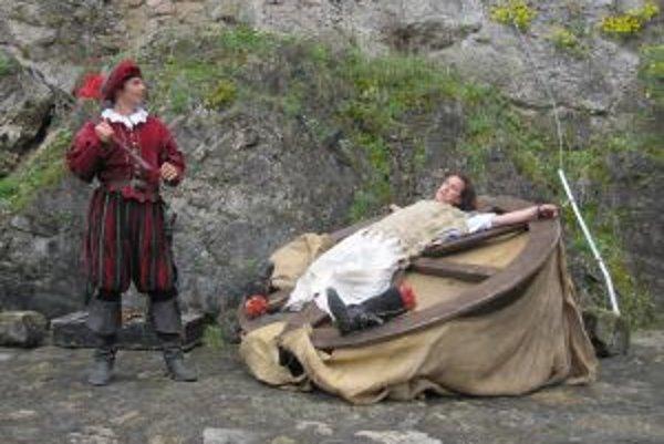 Ukážka stredovekého mučenia. Niektorí odvážlivci si mohli tiež ľahnúť na koleso, ktoré slúžilo na lámanie kostí.