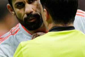 Španiel Diego Costa sa háda s rozhodcom.