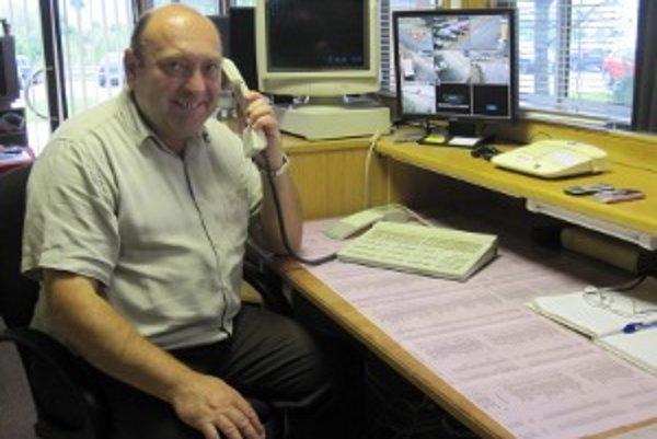 Jozef Remenec, ako inak, pri telefóne.