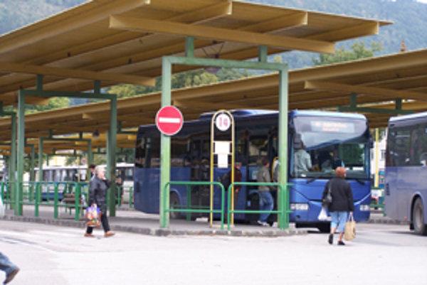 Cestujúcich je v autobusoch výrazne menej.