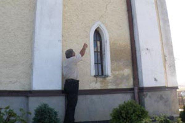 Prasklina na veži zo stredoveku. Hrozí jej zrútenie.