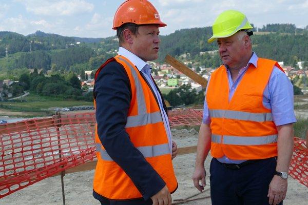 Investičný riaditeľ NDS Jiří Hájek a minister výstavby SR Árpad Érsek (vpravo) počas kontrolného dňa na rozostavanom diaľničnom úseku D1 Lietavská Lúčka - Višňové - Dubná skala.