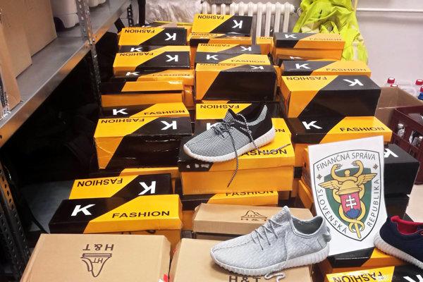 Colníci zadržali rôzne falošný tovar, napríklad obuv.