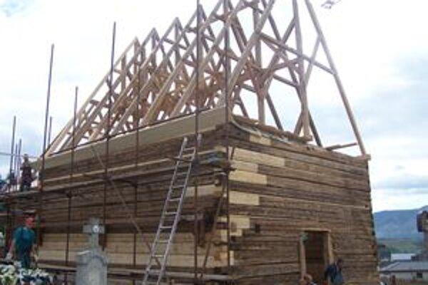 Na trnovskom cintoríne už stojí hrubá konštrukcia dreveného kostolíka.