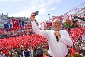 Muharrem Ince, kandidát najsilnejšej opozičnej stredoľavej Republikánskej ľudovej strany (CHP).