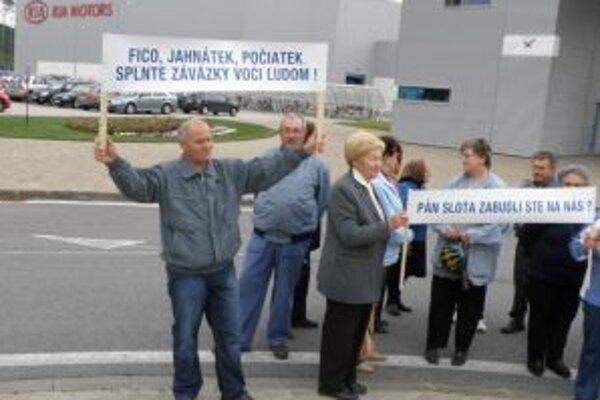 Pred dvoma týždňami majitelia pozemkov protestovali pred závodom.