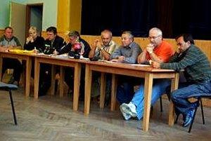 Rekordné obecné zastupiteľstvo v Hlbokom. Poslanci a starosta rokovali pred viac ako 40 ľuďmi.