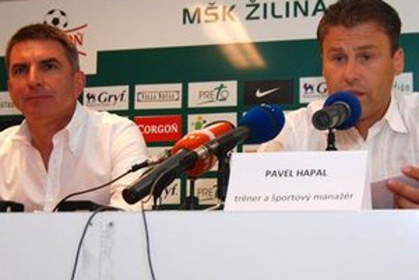 Majiteľ MŠK Žilina Jozef Antošík (vľavo) a tréner Pavel Hapal na predsezónnej tlačovej konferencii.