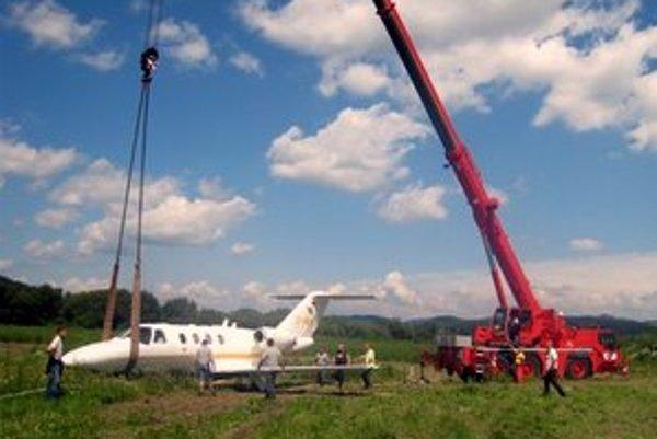 Lietadlo Cessna Citation Jet 525 CJ1. Rok výroby je 2000 a prevádzkuje ho Comfort Air. Z poľa ho vyťahovali päť hodín.