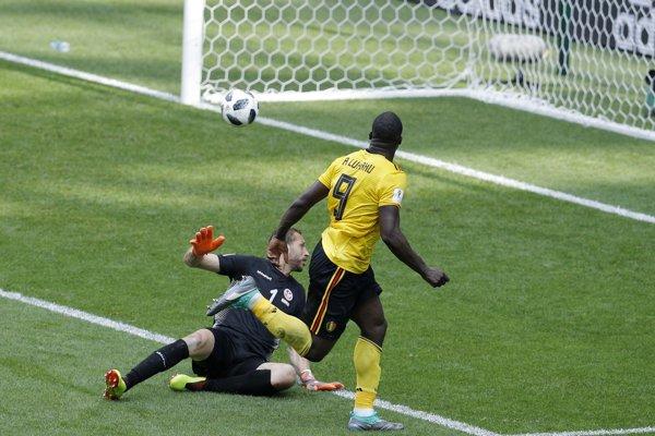 Romelu Lukaku strieľa jeden zo svojich dvoch gólov v zápase.
