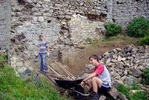 Archeologický workshop na Lietavskom hrade potrvá do nedele 26. júla.