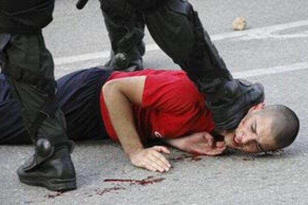 Viac ako dve stovky Chorvátov strávili noc v policajnej telocvični.