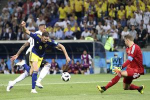 Švéd Marcus Berg (v strede) sa pokúša dostať do zakončenia pred Manuelom Neuerom.