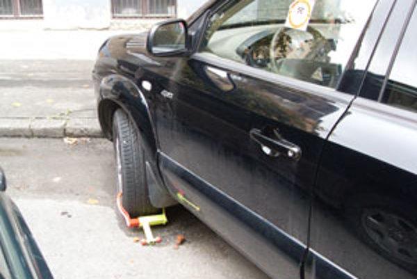 Auto so zablokovaným kolesom stojí na ulici v centre Žiliny už mesiace.