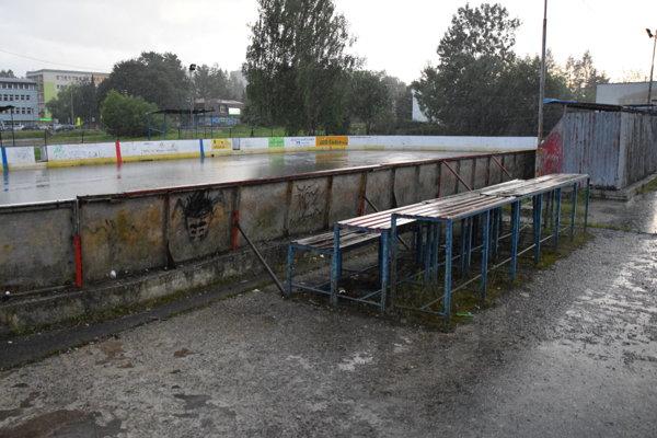 Súčasný hokejbalový stánok nespĺňa pravidlá SHBÚ aje zároveň už aj nebezpečný pre hráčov.