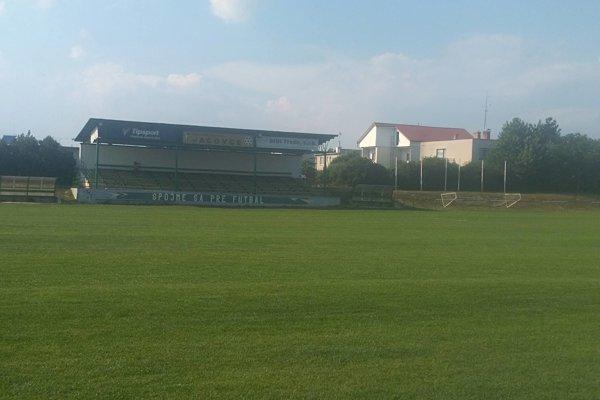 Futbalové ihrisko TJ Družstevník Jacovce s tribúnou.