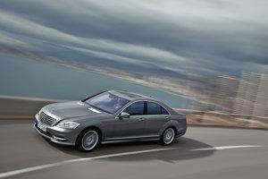 Pancierový Mercedes-Benz triedy S, na ktorom sa vozí holandský premiér, oficiálne patrí kráľovskej a diplomatickej bezpečnostnej službe.