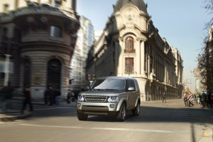 Prezident Kostariky jazdí na pancierovom Land Roveri Discovery 4.