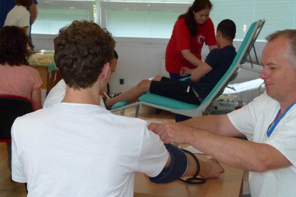 Odberu krvi predchádza lekárske vyšetrenie darcu.