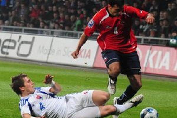 Peter Pekarík (vľavo) síce vo Wolfsburgu nenastupuje v základe, ale v slovenskej reprezentácii je oporou defenzívy.