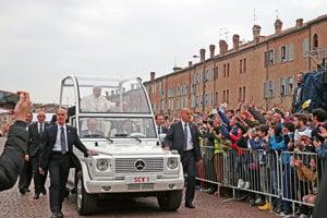 Pre hlavu katolíckej cirkvi je typický papamobil - od čias Jána Pavla II. Mercedes-Benz triedy G či ML s