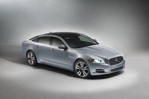 Premiér Británie má k dispozícii Jaguar XJ v špeciálnej pancierovej verzii Sentinel. Doprevádzajú ho Range Rovery a Land Rovery Discovery.
