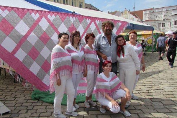 Prácu šikovných žien v podobe rekordnej šatky ocenil aj známy český režisér Z. Troška.