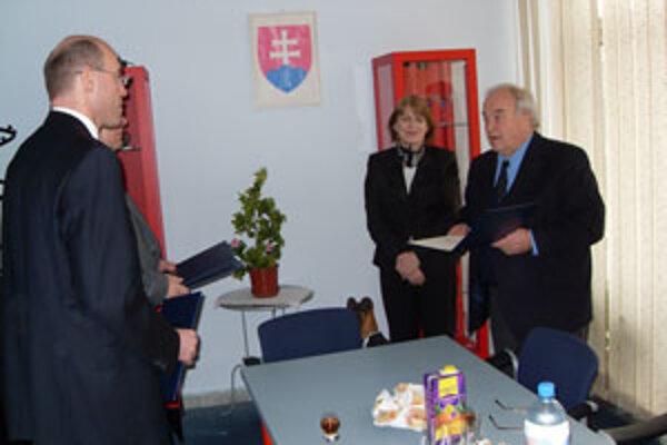 Profesor Ján Štencl odovzdáva akreditácie.