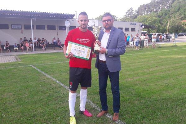 Víťazný pohár a diplom odovzdal Beckovčanom sekretár ObFZ Tomáš Vaňo.