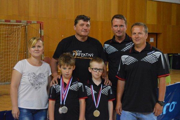 Lučenecký hráč Matúš Király (s medailou vpravo).