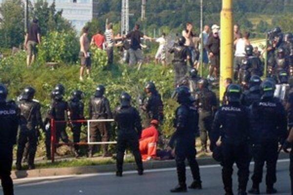 Pri stretoch s políciou sa zranili desiatky fanúšikov.