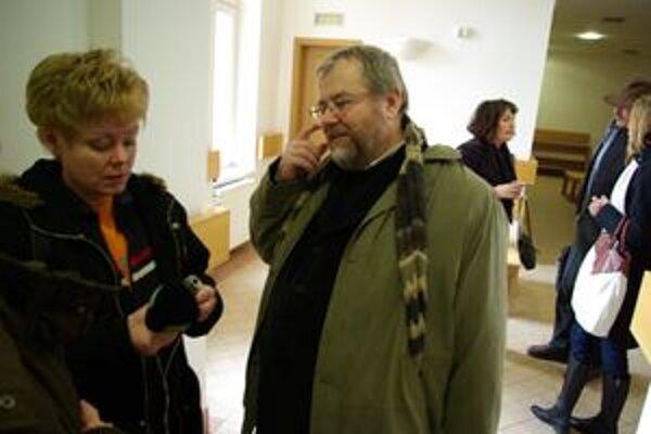 Peter Ničík pri novinároch na chodbe Okresného súdu Žilina. Michal Horecký povedal, že je to jeho súkromná vec a nebude sa vyjadrovať pre média.