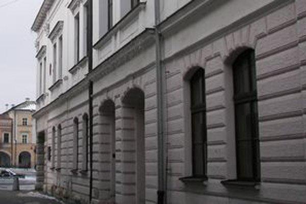 Z radnice ukradli zlodeji medený odkvap. Dočasne ho nahradili pozinkovaným.