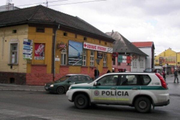 Práve do tohto baru vošiel mladík so samopalom a vynucoval si naliatie alkoholu, aj keď bolo ešte zatvorené.