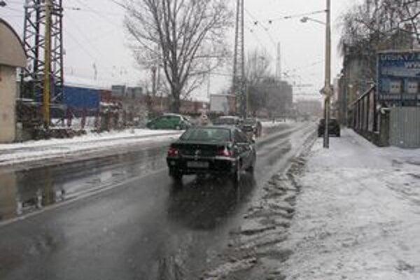 V Žiline sú cesty po výdatnom snežení zjazdné bez problémov. Vo vyšších polohách v kraji môže byť na nich vrstva snehu do 2 cm.