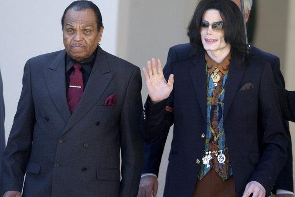 Joe Jackson (vľavo), dlhoročný manažér skupiny Jackson 5 so synom Michaelom.