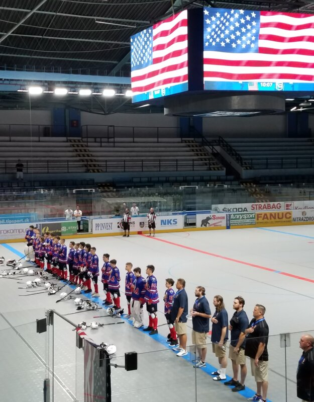 Tím USA U14 si užíva hymnu po víťazstve.
